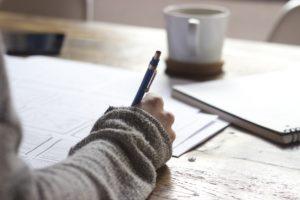 Frau schreibt Notizen